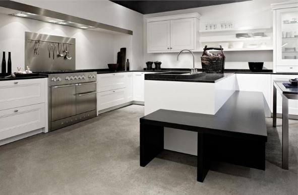 кухня с металлическим фартуком