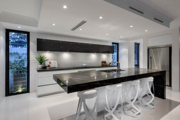 Черно-белая кухня с каменной столешницей