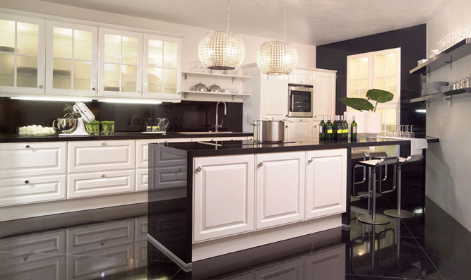 Белая кухня с темной столешницей и фартуком (50 фото)