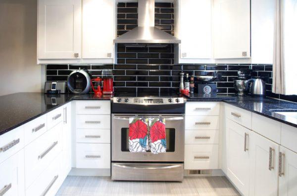 Белая кухня в сочетании с черной столешницей