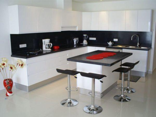 яркий декор на белой кухне
