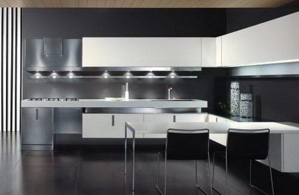 Белая кухня на фоне чёрных стен