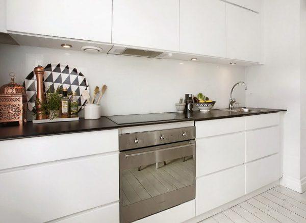 белая кухня модерн с тёмной столешницей
