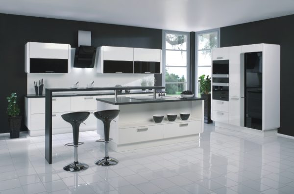 чёрная столешница на белой кухне