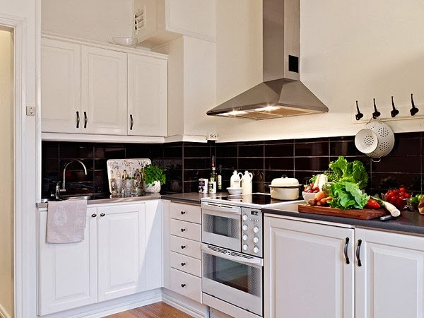 чёрный фартук на белой кухне