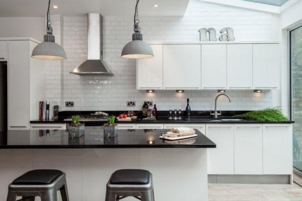 белая кухня с тёмными столешницами