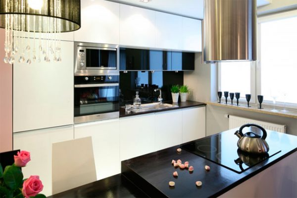 черно-белая кухня с темным фартуком