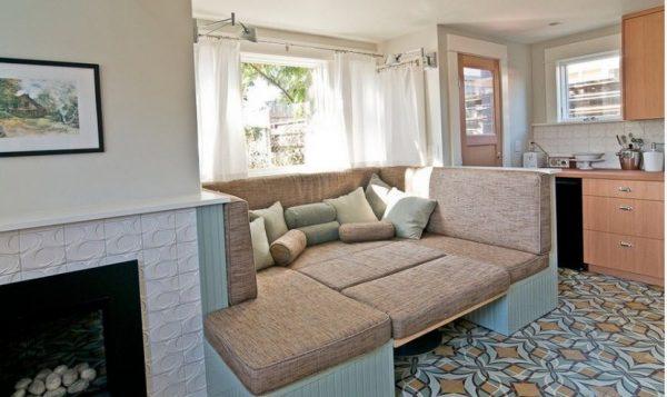 диван на кухне-гостиной