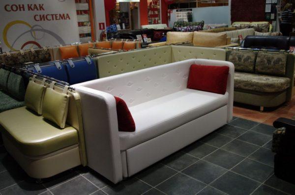 маленький спальный диван для небольшой кухни