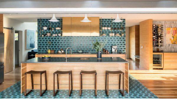 Яркий дизайн просторной кухни-гостиной
