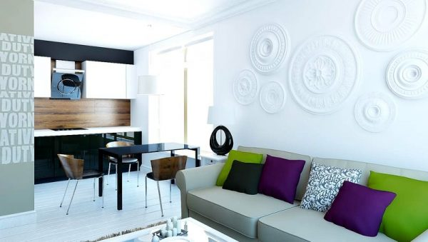 яркие подушки на кухне-гостиной