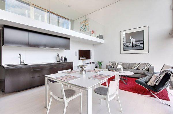 зонирование ярким ковром на кухне-гостиной
