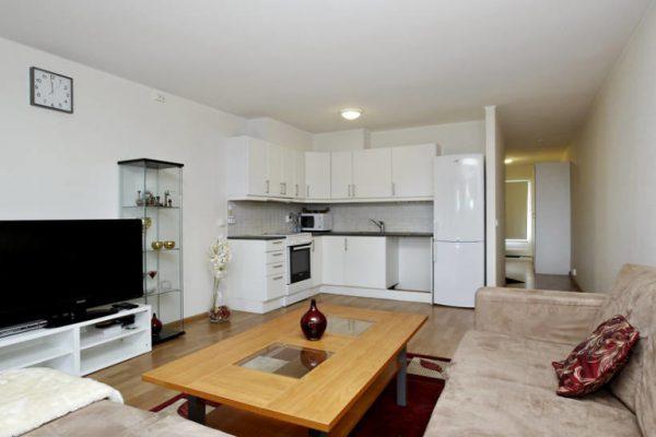 зонирование с помощью ковра на кухне-гостиной