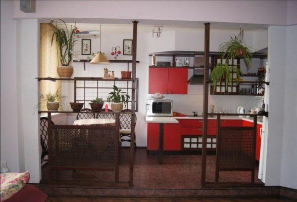 зонирование декоративными перегородками на кухне-гостиной
