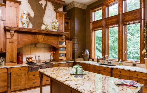 столешница из мрамора на кухне в стиле кантри