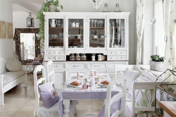 лавандовая скатерть на кухне в стиле кантри