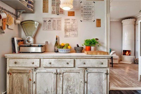 состаренный шкаф на кухне в стиле кантри