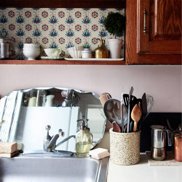 яркий фрагмент декора стены на кухне в стиле кантри