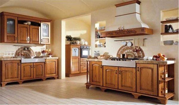 деревянный гарнитур на кухне в стиле кантри