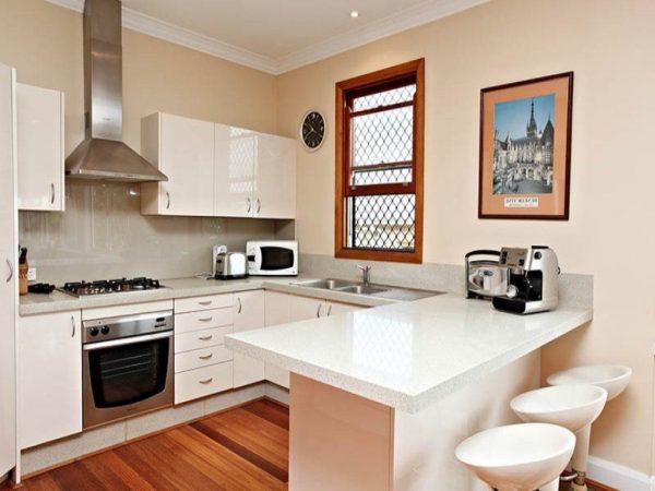 Интерьер белой кухни с использованием материалов из дерева