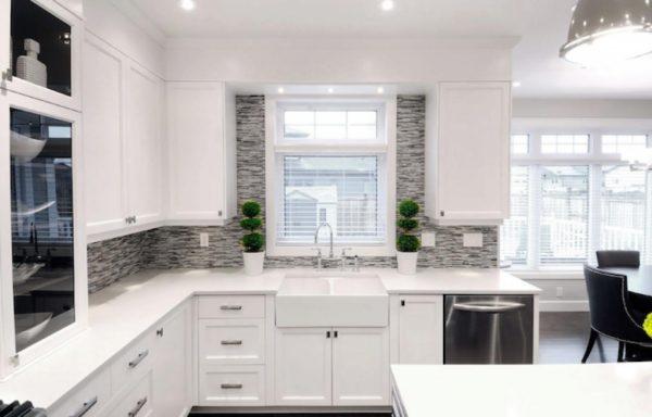 Белая кухня с матовыми фасадами