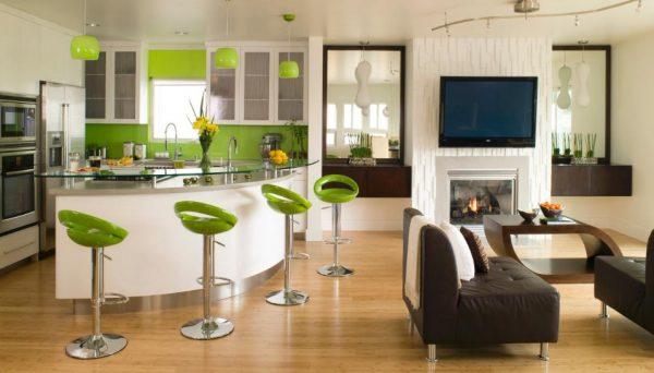Зелёное оформление светлой кухни