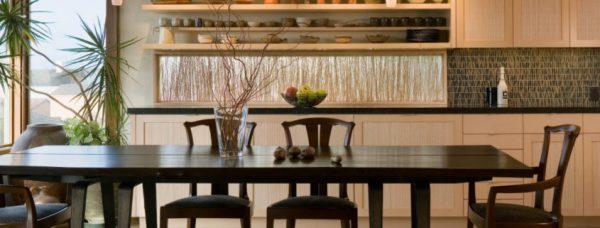 стол со стульями из дерева