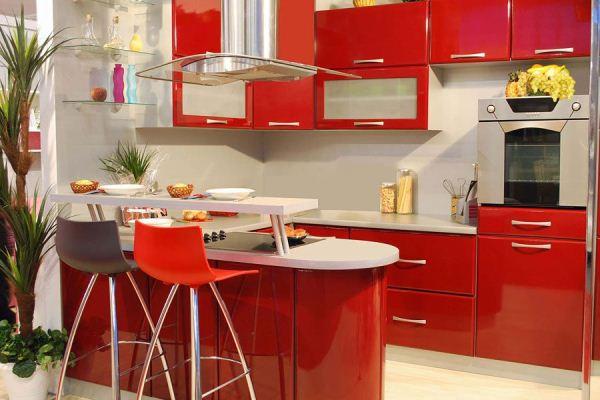 Красная кухня с глянцевыми поверхностями