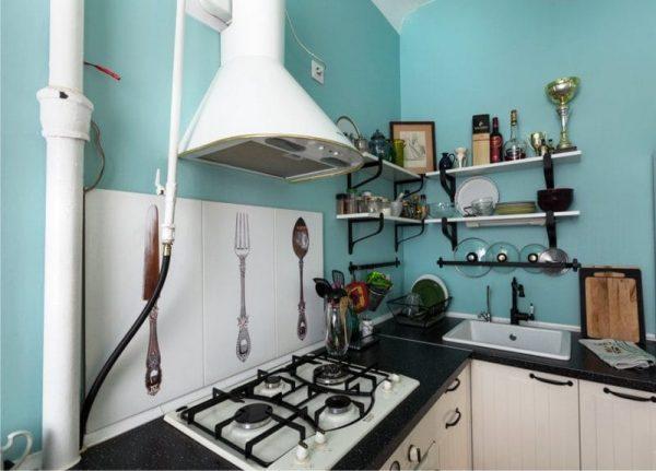 кухня без навесных шкафов с открытыми полками