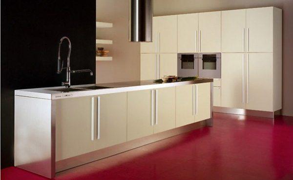 кухня без навесных шкафов с розовым полом