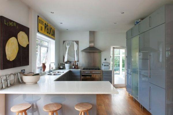 кухня без навесных шкафов с картинами