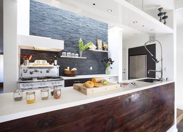 кухня без навесных шкафов из дерева