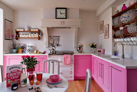 розовая кухня без навесных шкафов