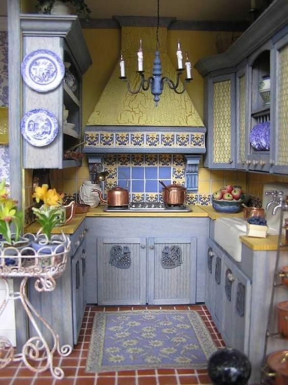 Яркий фартук на кухне 4 м.кв.