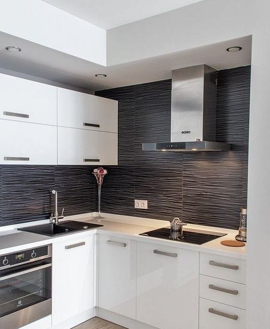 тёмные стены на светлой кухне
