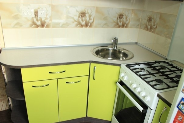 жёлтая маленькая кухня