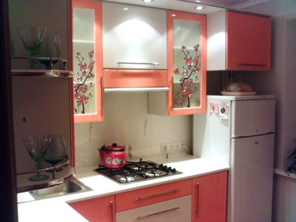 розовая маленькая кухня