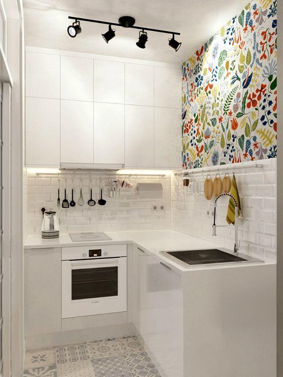 Современная белая кухня с ярким декором