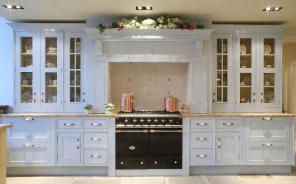 Светлый классический стиль кухни