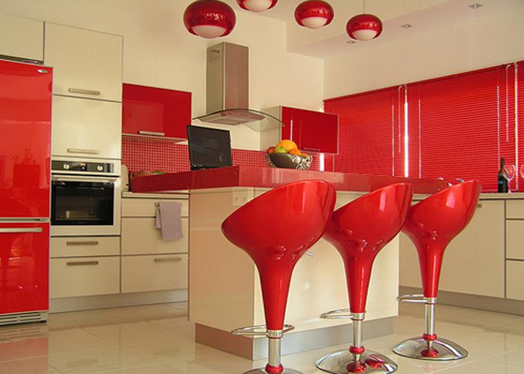 использование красной глянцевой поверхности