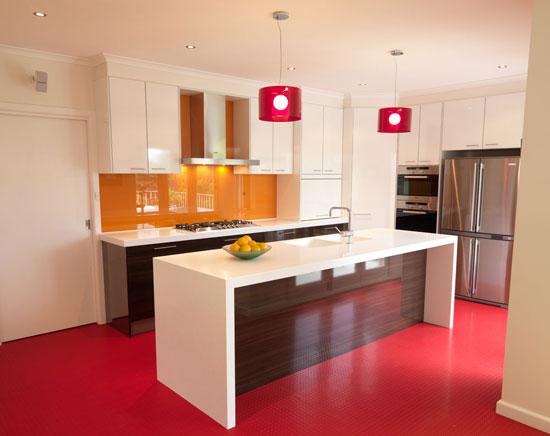 красный пол на кухне