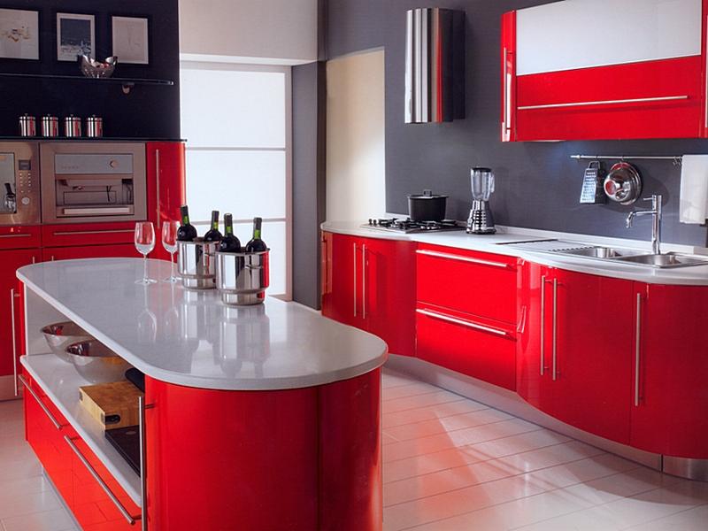Бежевый пол в интерьере красной кухни