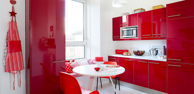 Кухня малинового цвета