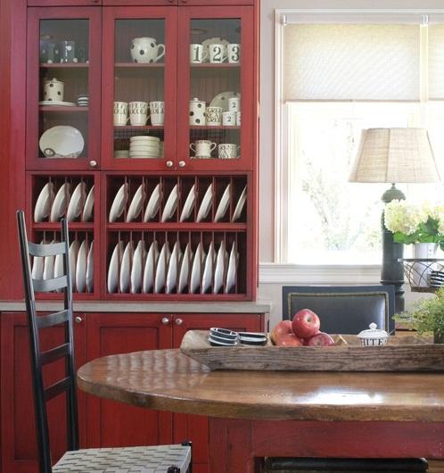 красный кухонный шкаф