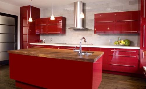 кухня красного цвета с раковиной по центру
