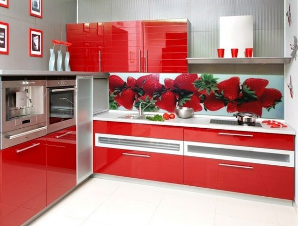 угловая кухня с клубникой