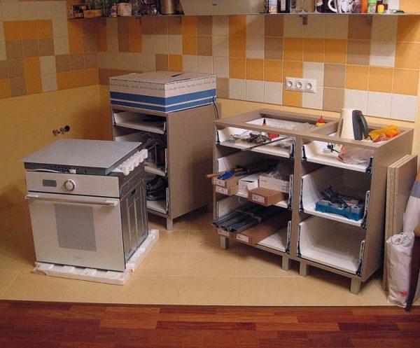 Кухонный гарнитур в процессе сборки