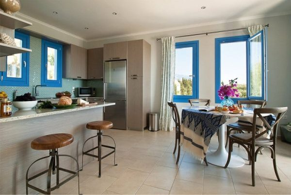 голубой на кухне в средиземноморском стиле