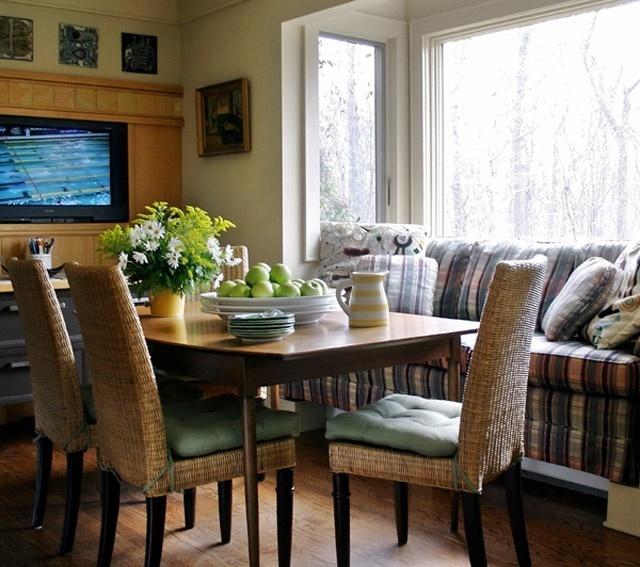 Маленький диванчик с кухонным столом