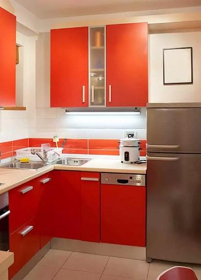 Угловая маленькая кухня с высокими шкафами